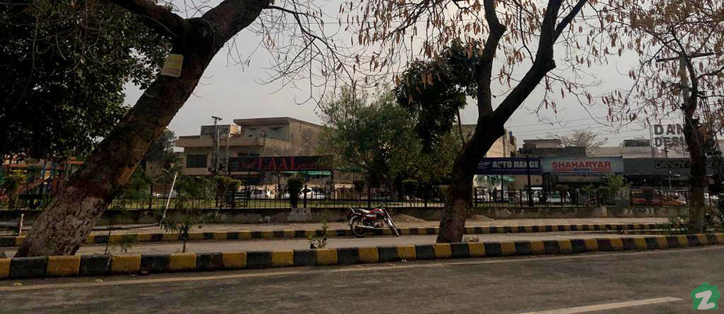 Johar Town features is a well-developed society with well-constructed roads.