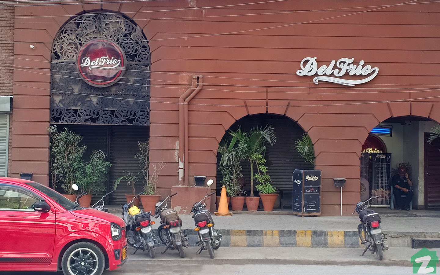 Del Frio Restaurant in Jamshed Town Karachi is famous for delicious food