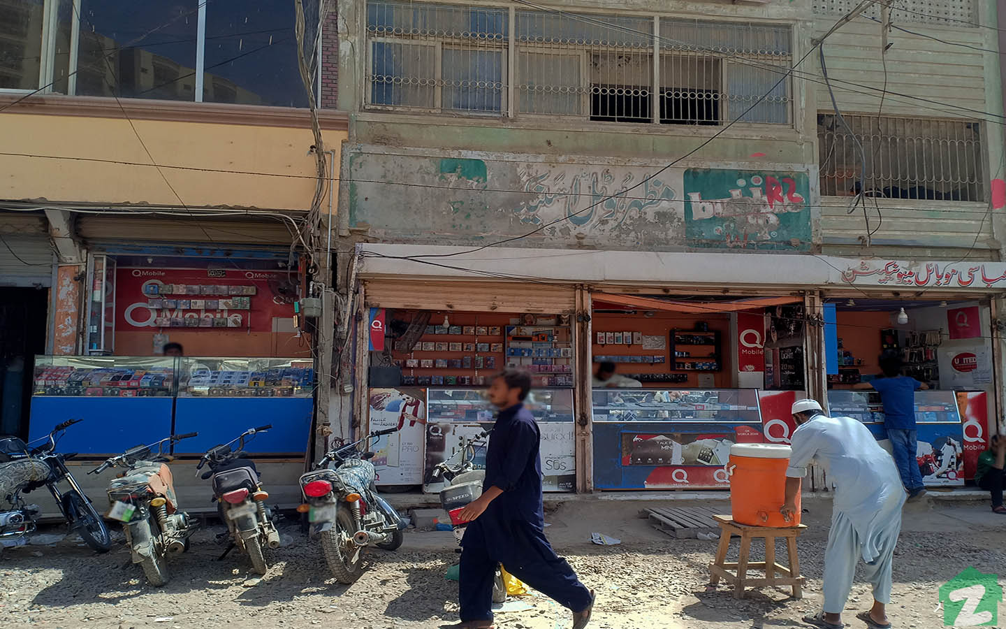This picture is a view of the happenings in Korangi Mobile Market near Korangi Industrial Area